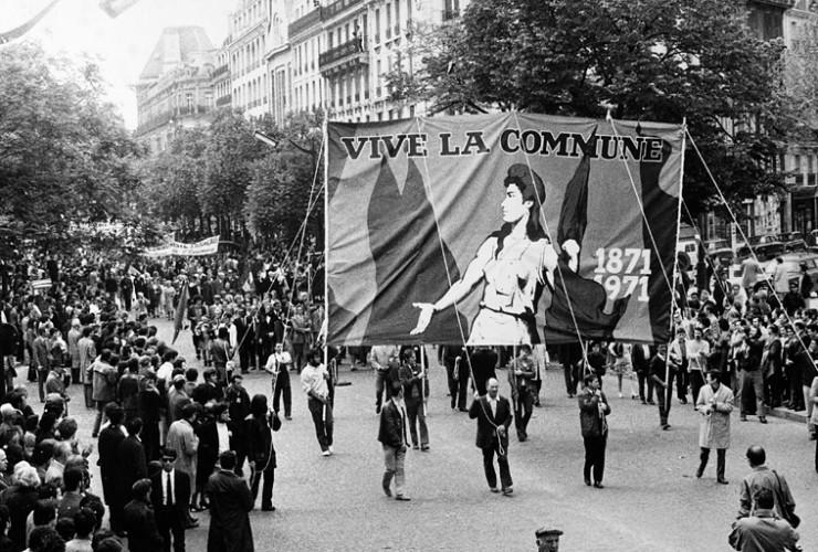 """En page 5 de l'Humanité du 24 mai 1971 on pouvait lire : """"Paris, hier, célébrait sa Commune. On a toujours dit qu'elle n'était pas morte. Chacune des cent années qui se sont écoulées depuis que tomba la dernière barricade a bien prouvé que c'était vrai. Cela semblait hier plus vrai que jamais. Il y avait de la République au Père-Lachaise tant et tant de drapeaux qu'ils faisaient comme une longue écharpe écarlate, avec des taches de bleu et de blanc : les drapeaux du socialisme et les drapeaux de la nation que tenaient les mêmes mains, les mains solides de la classe ouvrière, les mains n%rveuses de la jeunesse""""."""